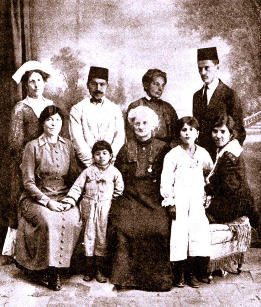 Dr. Moody, úttörő iráni orvosnő bahá'í barátokkal Teheránban, 1920-ban (c) Baha'is of the United States www.bahai.us