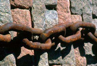 A mi kezünkben van a világbékét gátló lánc elengedése. Vagy a fejünkben? :) (c) Magyarországi Bahá'í Közösség www.bahai.hu