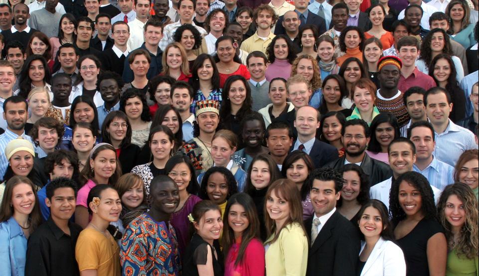 A Bahá'í Világközpont önkéntesei az emberiség egységét mutatják be (Haifa, Izrael) (c) Bahá'í Nemzetközi Közösség media.bahai.org