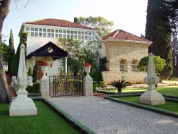 Bahá'u'lláh sírszentélye Akkó (Acre) közelében, Haifától északra – a bahá'í hit követői számára a földkerekség legszentebb pontja – szintén a Világörökség része.
