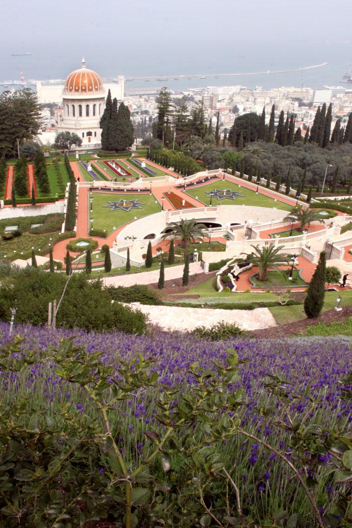 A kép közepén, az M betű alakú kert valójában egy híd, amely alatt négysávos út fekszik. (c) Bahá'í Nemzetközi Közösség www.bahai.org