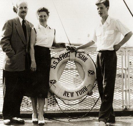 William (Bill) Sears (balra), felesége, Marguerite, fia, Michael. (A másik fiú, Billy hiányzik a képről). Úton Dél-Afrika felé (1953) (c) Bahá'í Nemzetközi Közösség media.bahai.org